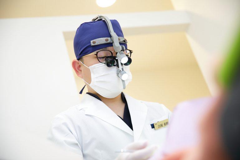 拡大鏡を使用した精密な治療